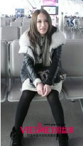 黑白外套搭配黑灰围巾