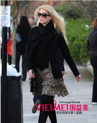黑围巾搭配黑大衣,但是雪纺裙便柔美不少